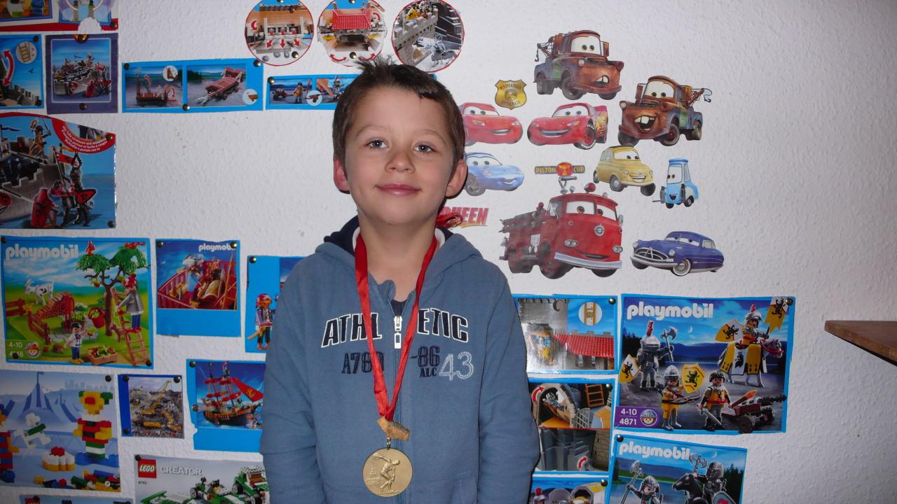 Внук Одо (2006-04-11)с подаренной дедом медалью за победу в Спартакиаду Ленинград 1976