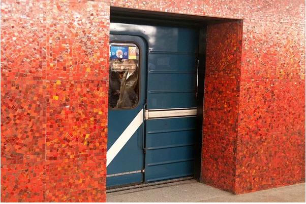 Зачем в Ленинградском метро строили станции с дверьми на платформе