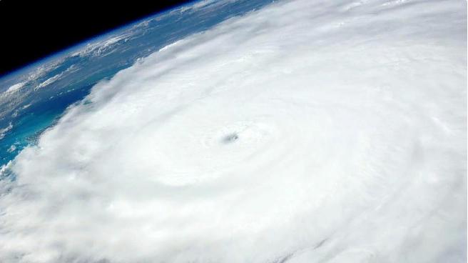 Буря в Атлантическом океане сметет юго‐восток США. Страна готовится к удару самого мощного за 60 лет урагана